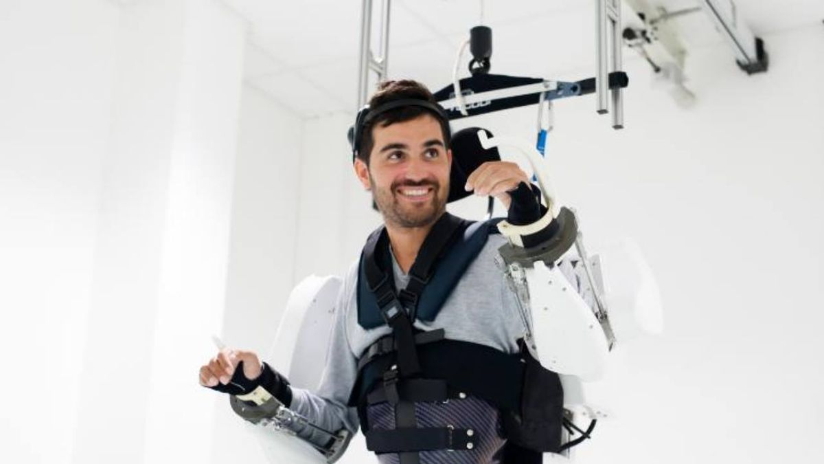 Paralyzed man able to walk thanks to brain-controlled robotic suit