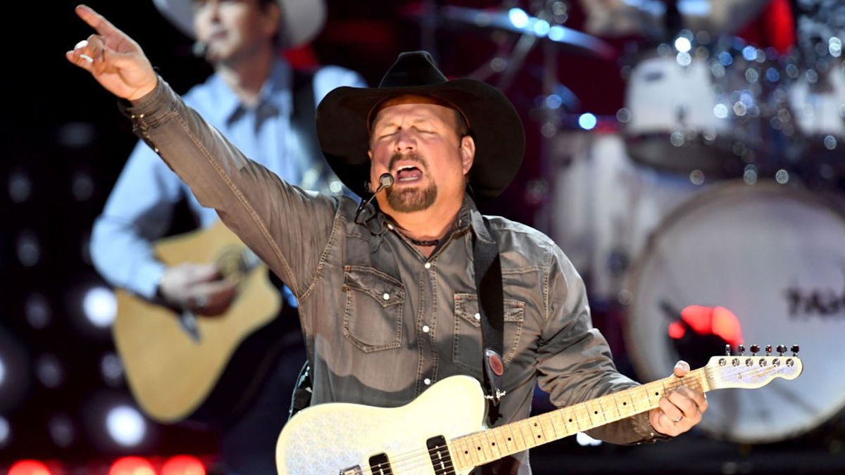 Garth Brooks fans mistake Barry Sanders jersey for political endorsement for Bernie Sanders